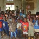 Glada och förväntansfulla barn som längtar efter att få börja i vår skola